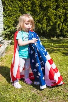 Концепция дня независимости с девушкой в саду