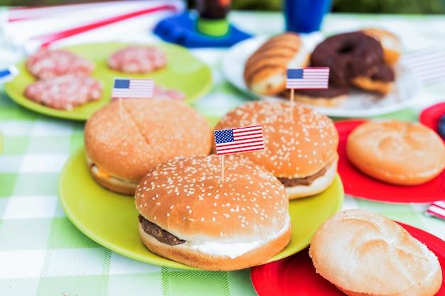 Концепция дня независимости с гамбургером