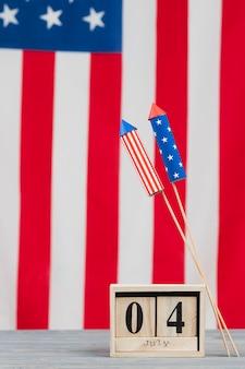 Data del giorno dell'indipendenza in lettere e fuochi d'artificio nei colori della bandiera americana