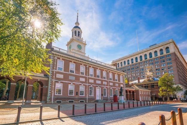 Зал независимости в филадельфии, штат пенсильвания, сша с голубым небом