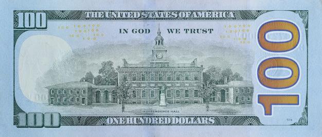 Зал независимости на части макроса крупного плана задней стороны банкноты 100 долларов. сша сто долларов
