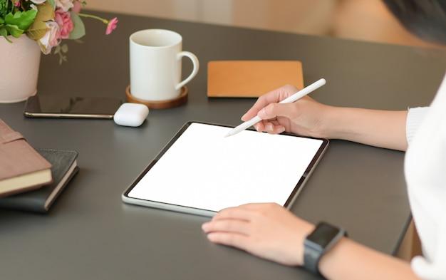 독립 디자이너는 디지털 태블릿을 사용하여 새로운 프로젝트를 설계하고 있습니다.