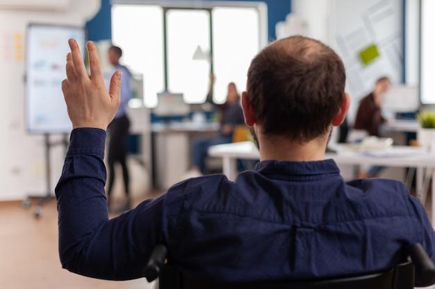 독립 장애인 사업가 기업가 시작 사무실에서 휠체어 인사 비즈니스 팀에 고정 앉아 흔들며