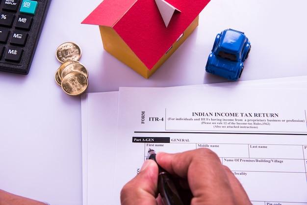 インドと会計士が紙幣、計算機、家と車の3dモデルを使用して所得税フォームに取り組んでいることを示す会計コンセプト