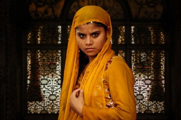 인도 delhis2010 년 9 월 3 일 델리의 자마 성원 모스크 옆 pierci와 무슬림 소녀