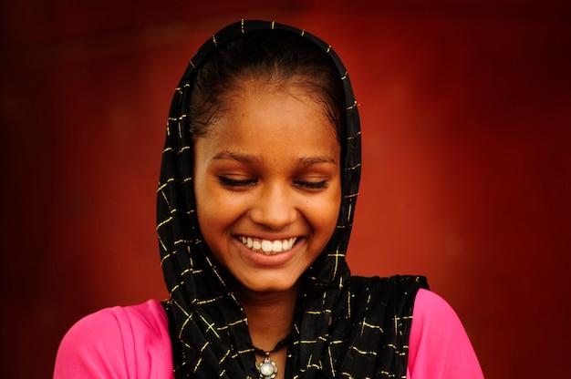 인도 delhis2010 년 9 월 3 일 델리의 jama masjid 모스크 옆 무슬림 소녀