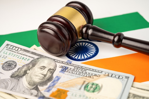 Страна флаг индии с молотком для судьи-юриста.