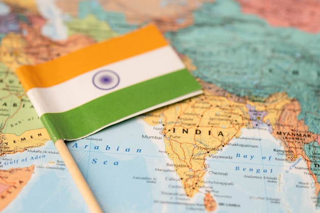 世界地図の背景にインドの旗