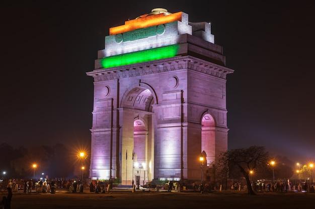 国旗の色、夜のイルミネーション、ニューデリーのインド門。