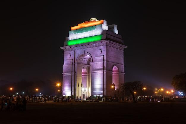 ニューデリー、インド門が夜にライトアップされました。