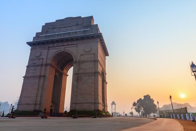 日の出のニューデリーのインド門記念碑。