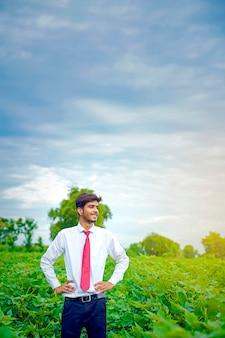 綿畑でインドの農学者