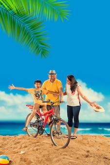 Индийская азиатская пара пенсионеров со своим велосипедом или велосипедом на пляже, капризный эффект