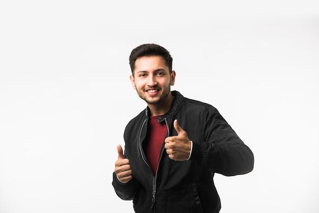 Индийский азиатский молодой человек показывает палец вверх или хорошо знаком