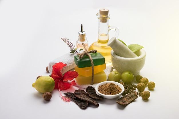 Индийское аюрведическое мыло или мыло ручной работы с травами, такими как шикакай, рита, амла, лимон, базилик и гибискус