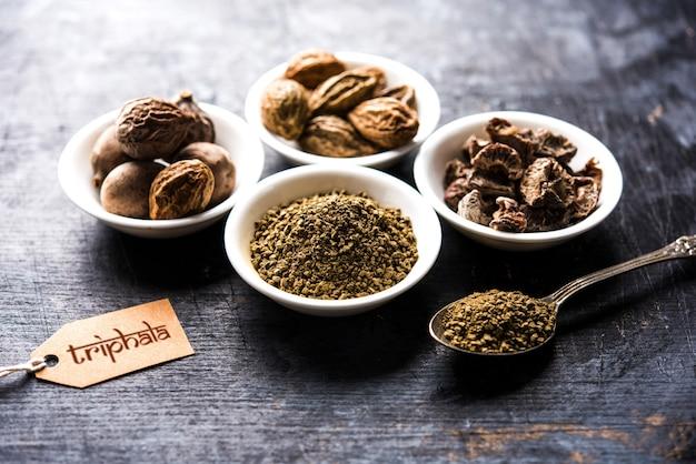 Индийский аюрведический трифала чуран или порошок трифала - это древнее лекарство от опорожнения кишечника или проблем с пищеварением. выборочный фокус