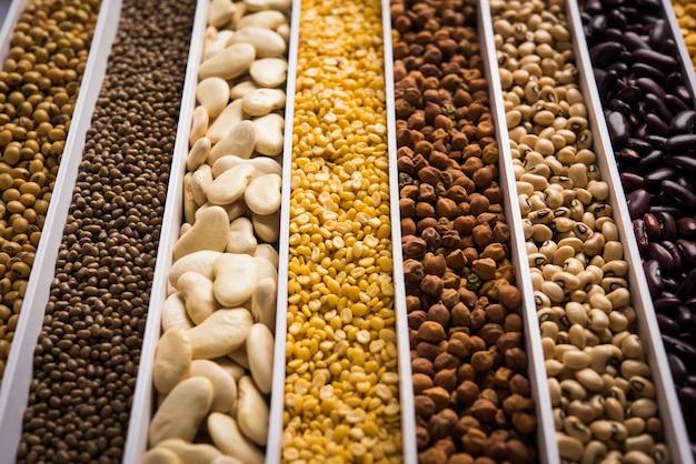 インドの豆、豆類、レンズ豆、米、小麦の穀物を白い箱に入れ、セルまたはストリップを選択して焦点を合わせます。