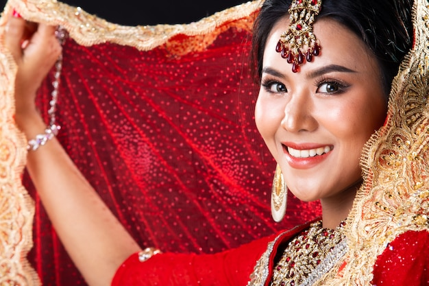 インドの美しさは完璧な結婚式で大きな目