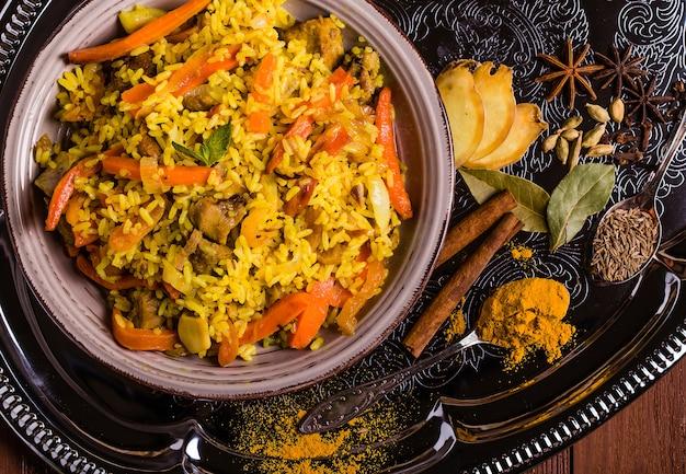 전통적인 스타일의 닭고기와 향신료를 곁들인 인도 비리 야니