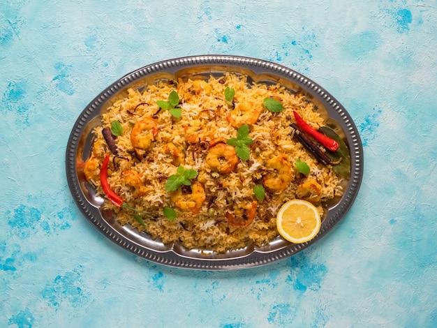 새우와 인도 biryani입니다. 맛있고 맛있는 새우 비리 야니, 평면도