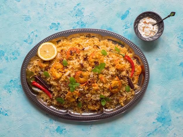 Индийские бирьяни с креветками. вкусные и вкусные креветки бирьяни, вид сверху