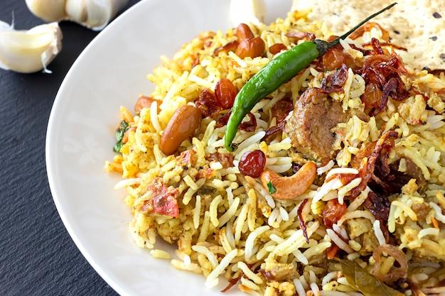 Индийские бирьяни с гарниром и перцем чили