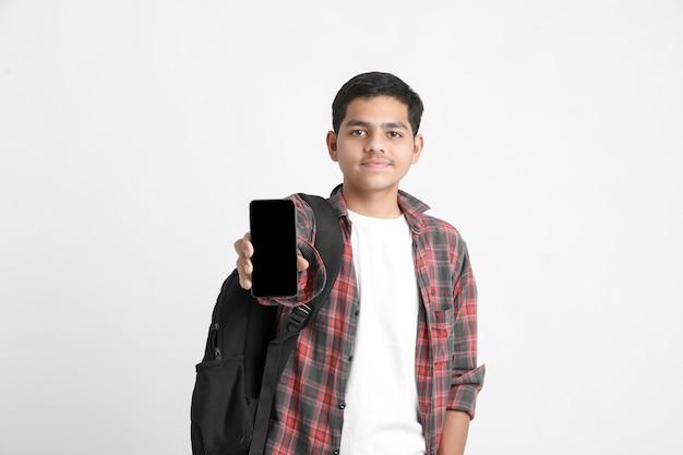Индийский мальчик показывает экран смартфона