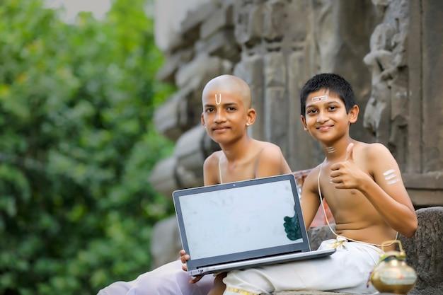 ノートパソコンで学ぶインドの男の子