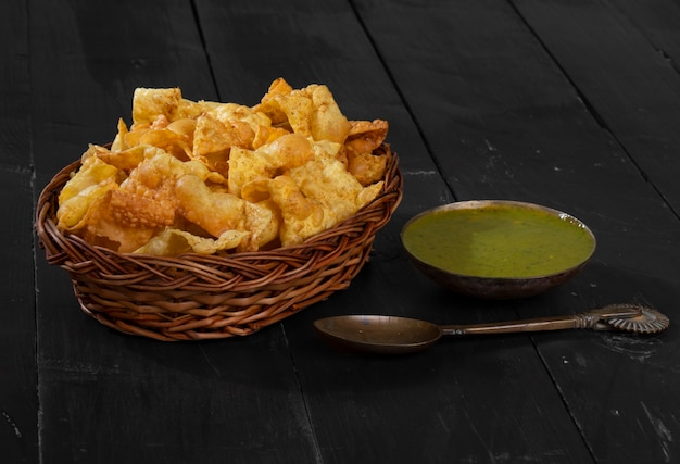 인도식 아침 sola fali 또는 masala papri with green chutney