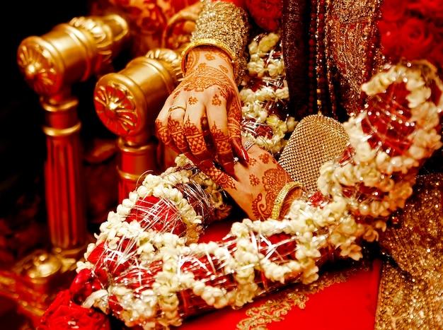 헤나와 빨간색으로 인도 신부 손