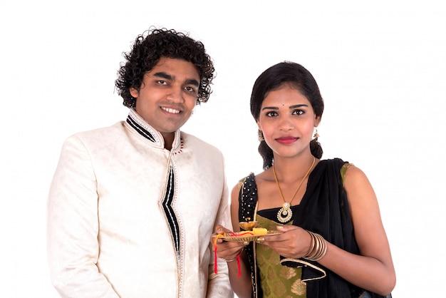 ラクシャバンダン祭を楽しんで祝うインドの兄と妹
