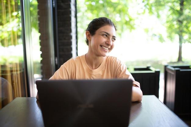 그녀의 노트북 야외 카페 테이블에서 일하는 인도 비즈니스 여성