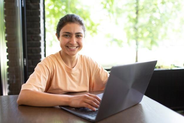 그녀의 노트북 야외 카페에서 일하는 인도 비즈니스 여성