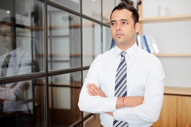 Индийский бизнесмен в офисе