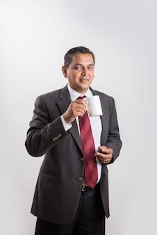 인도 사업가 커피 또는 홍차, 아시아 사업가 및 커피 또는 홍차, 큰 흰색 컵에 커피를 마시는 사업가, 흰색 배경 위에 절연, 측면보기