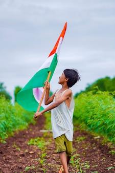 인도 독립 기념일 또는 인도 공화국 기념일을 축하하는 인도 어린이