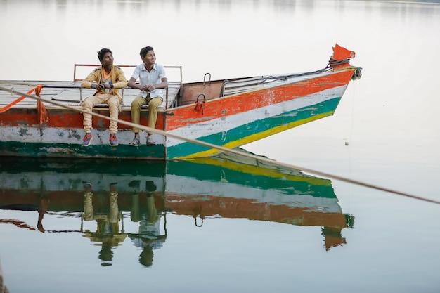 인도 어린이 보트 여행을 즐길 수