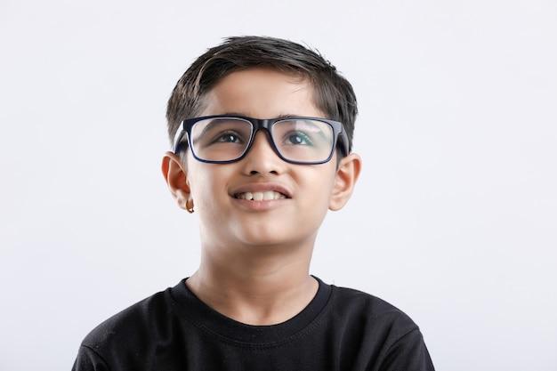 眼鏡をかけて真剣に探しているインドの子供
