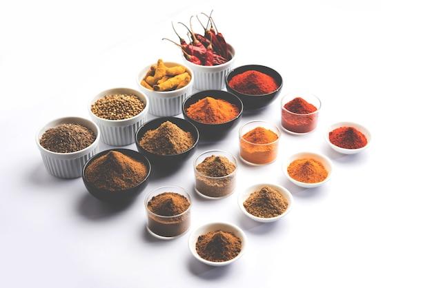 Индийские красочные специи. групповое фото четырех основных индийских специй, таких как красный перец чили, куркума, кориандр и порошок тмина. выборочный фокус