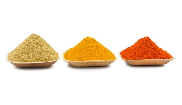 흰색 배경에 인도 다채로운 향신료