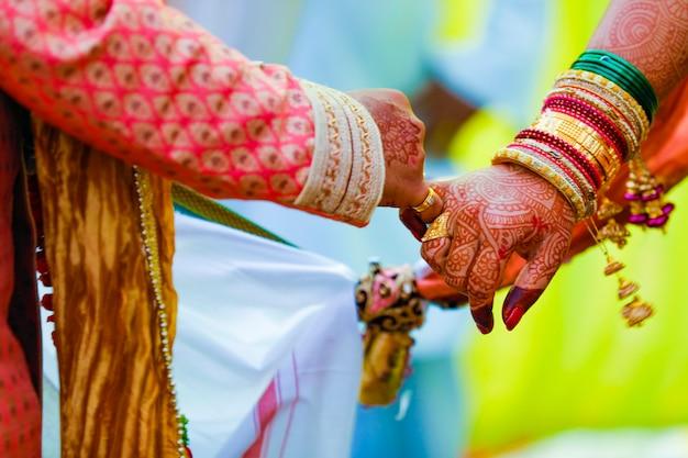 ヒンドゥー教の結婚式satphera式でインドのカップルの手
