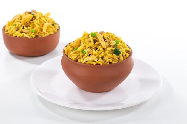インドのラジャスタン州の有名な食品であるインドのカリカリと塩辛い食品ラジャスタン混合物は、白い表面で分離します