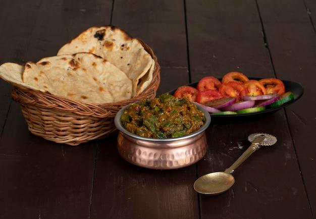 木製の表面にインド料理ビンディマサラ