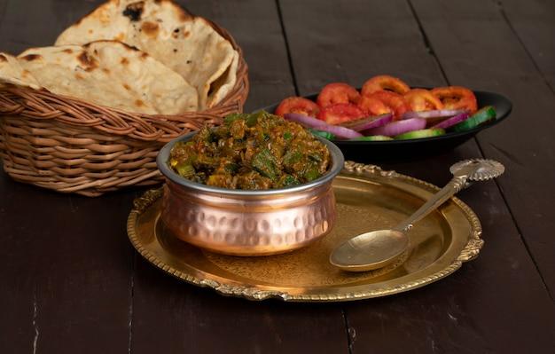 나무 표면에 인도 요리 bhindi masala