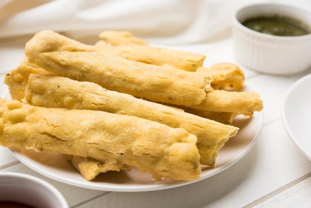 인도 요리 파프다는 토마토 케첩, 민트 또는 푸디나 처트니, 뜨거운 차와 함께 제공되며, 인기 있는 인도의 올타임 스낵, 선택적 포커스