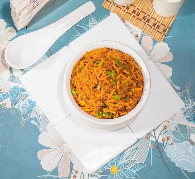 Индийская кухня пулао, также известный как пулав, вегетарианский бирьяни, овощной пулав, овощной пулав, бирияни или овощной рис - это пряное рисовое блюдо, приготовленное из риса с различными овощами и специями.