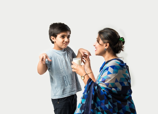 인도 귀여운 소년 꾸짖는 어머니와 우유를 마시는 동안 울화를 만드는