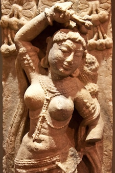 砂岩で作られたインド舞踊家の像、西暦x世紀