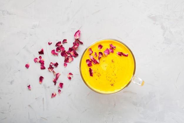 인도 음료 황금 우유 또는 커큐마 가루가 있는 투메릭 라떼 트렌디한 아시아 천연 해독 음료