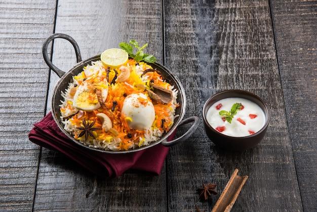 Индийское яйцо бирьяни или рис анда подается в кадхае или кадаи с йогуртовым соусом, выборочный фокус